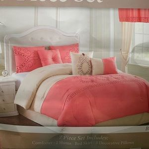 NWT Comforter  set size Queen